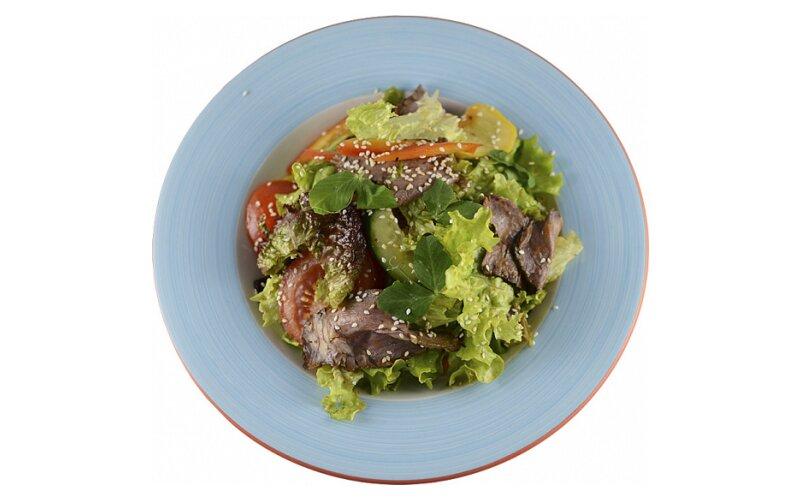 Салат с говядиной в пикантном соусе