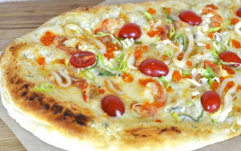 Пицца с лангустинами и красной икрой