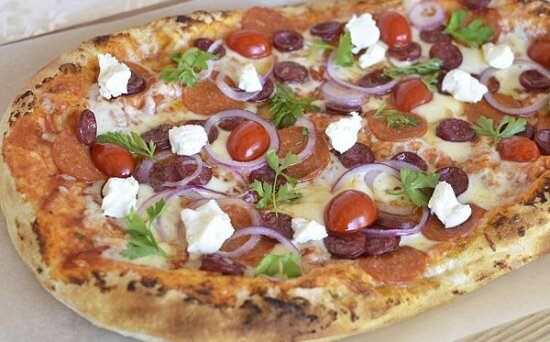 Пицца с пепперони и охотничьими колбасками