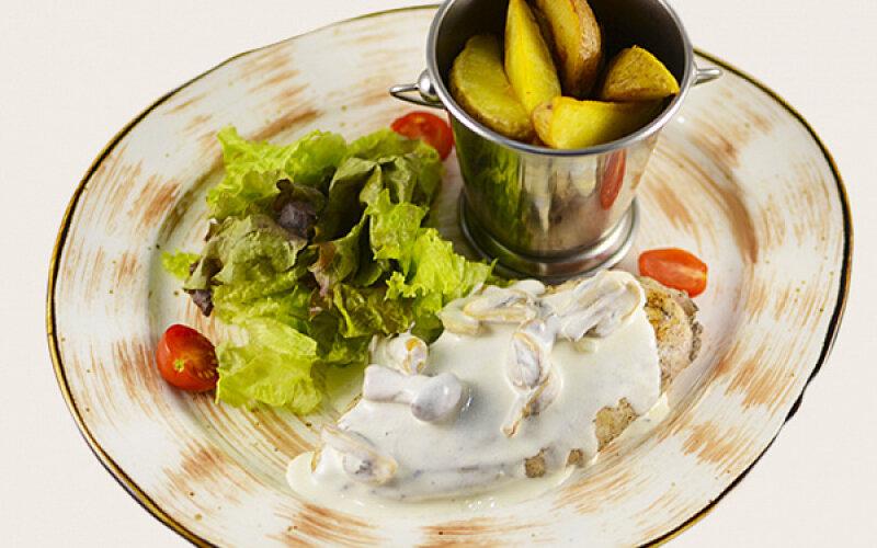 Куриная грудка с деревенским картофелем в сливочно-грибном соусе