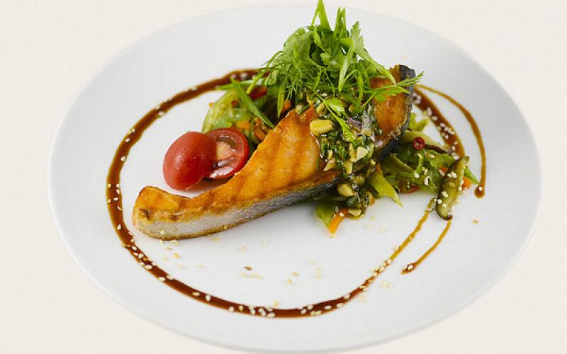 Филе семги с салатом «Вакамэ»