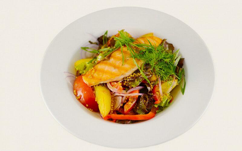 Теплый салат с лососем и соусом «Дижон»