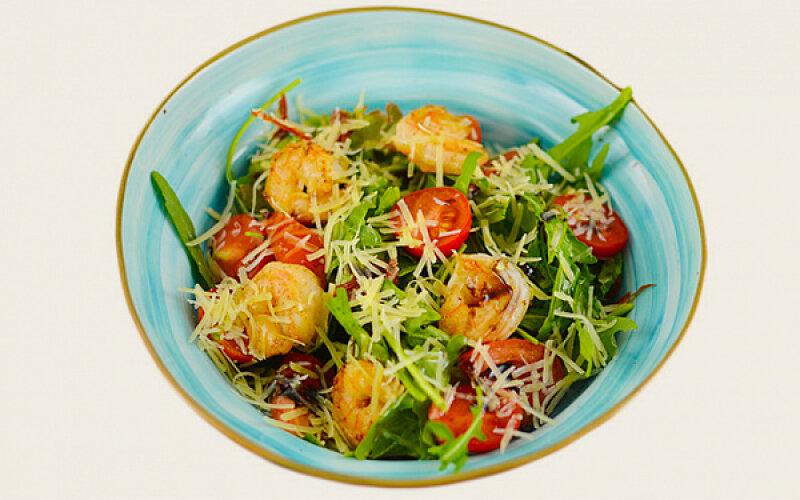 Салат с креветками и тремя видами томатов