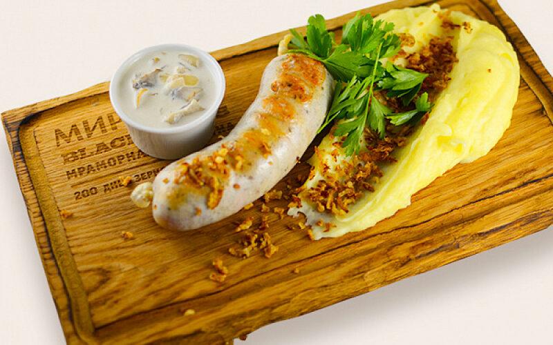 Колбаска из индейки с орегано, с картофельным пюре и хрустящим луком