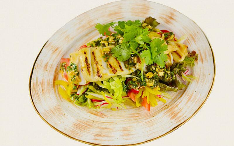 Салат с кальмаром гриль