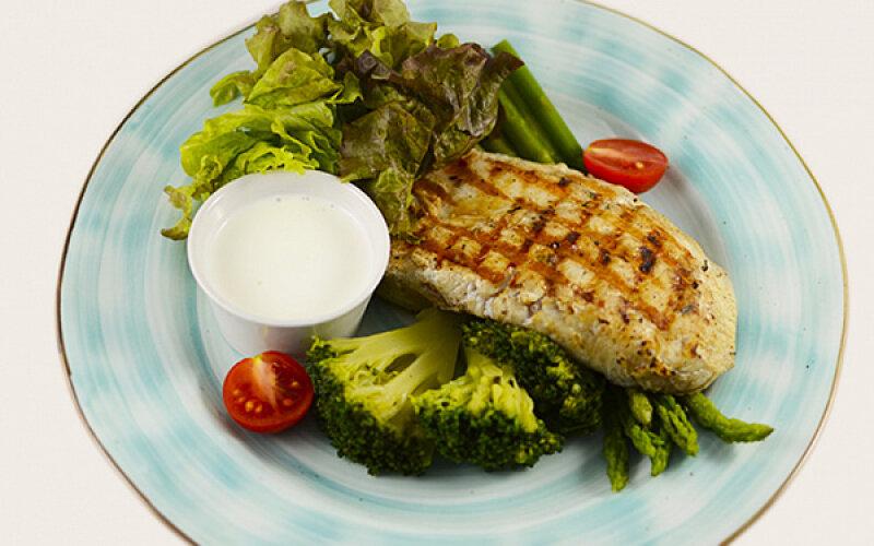 Стейк индейки с сырным соусом и овощами