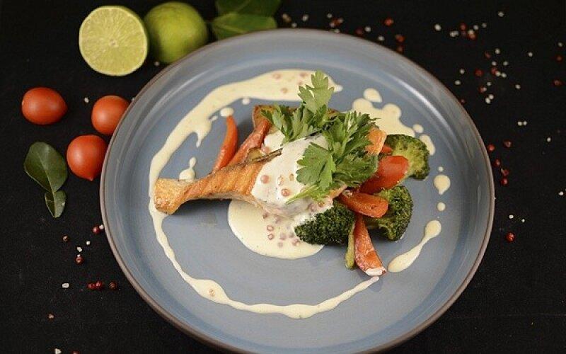 Филе лосося в сливочно-икорном соусе