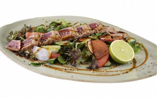 Хрустящий салат с тунцом-гриль