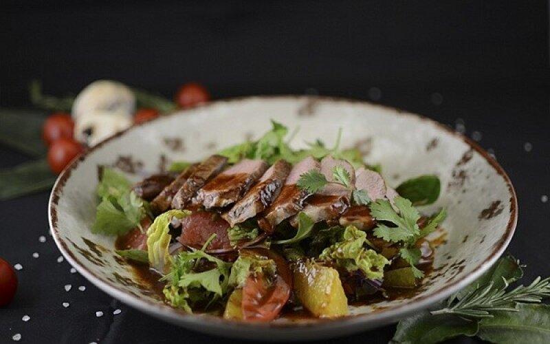 Салат с утиной грудкой в пряном соусе Хойсин, дольками грейпфрута и апельсина