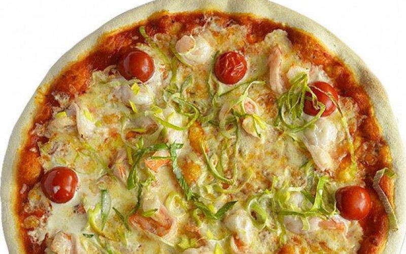 Пицца с тигровыми креветками и черри