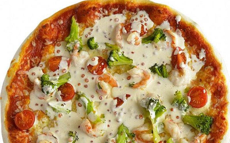 Пицца с креветками и икорным соусом