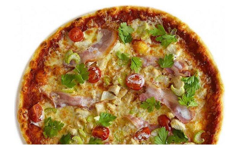 Пицца с куриной грудкой и беконом