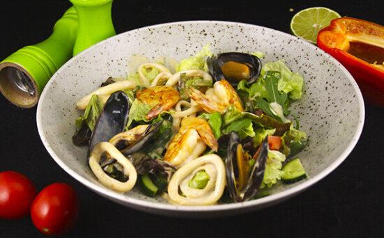 Салат с морепродуктами в азиатскомсоусе