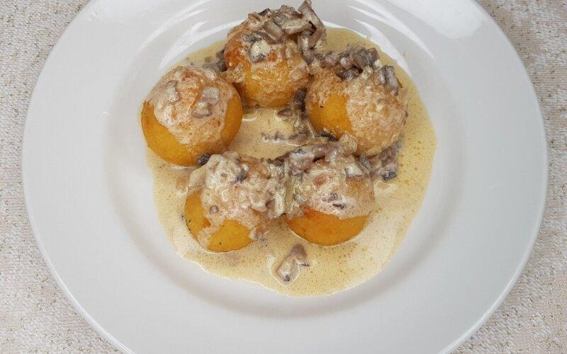 Картофельные крокеты  со сливочно-грибным соусом