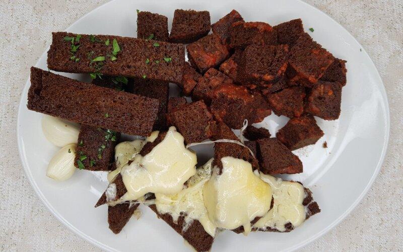 Ржаные гренки  с чесноком,  томатом и сыром