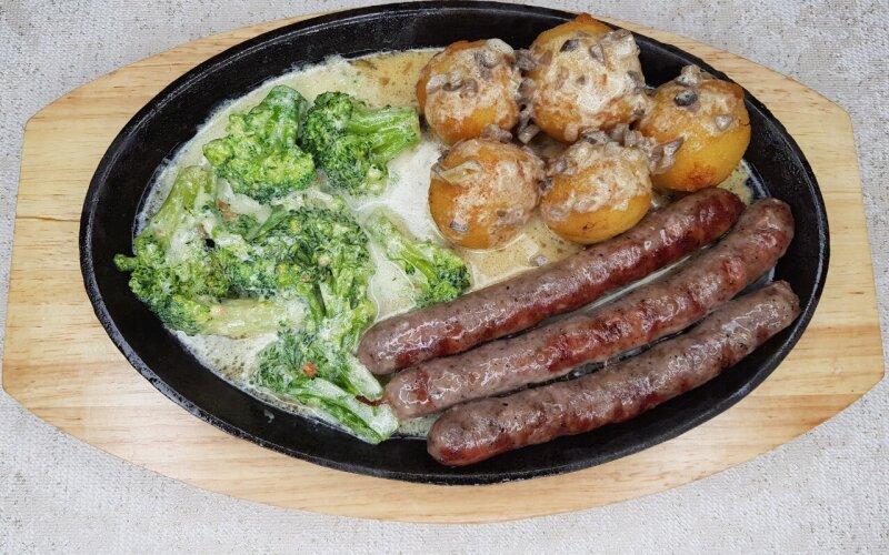 Домашние охотничьи колбаски с картофельными крокетами и брокколи