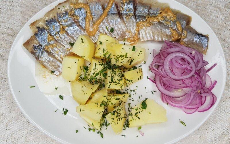 Сельдь малосольная  с картофелем и горчицей