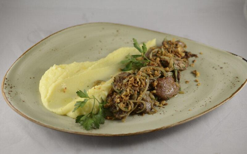 Печень кролика с суфле из картофеля и жареным луком