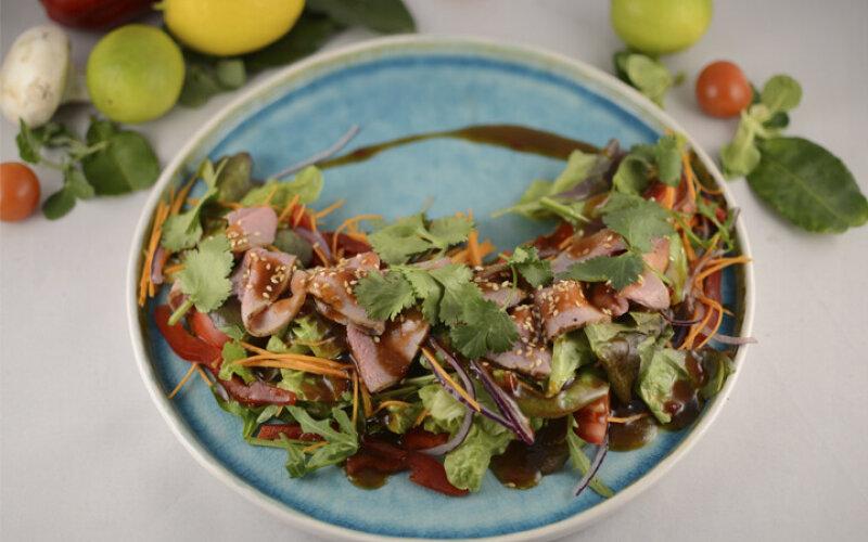 Индонезийский салат с розовой телятиной