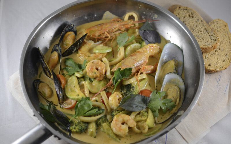 Сковородка морепродуктов в соусе Биск