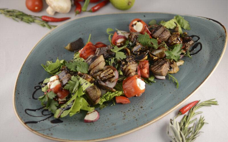 С языком, грибами и мини перцами с сырным кремом