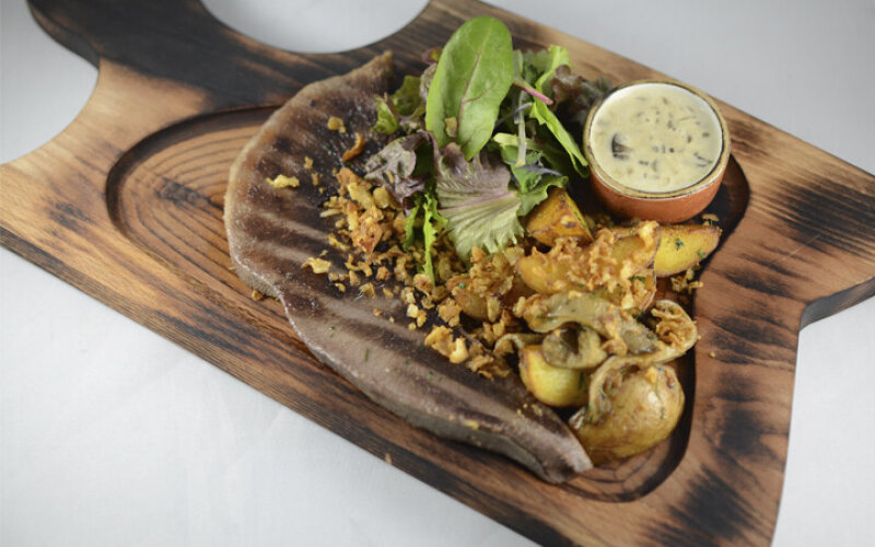 Стейк из языка теленка с золотистым картофелем и грибами