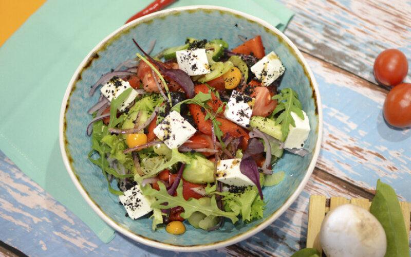 Греческий салат с землей из маслин