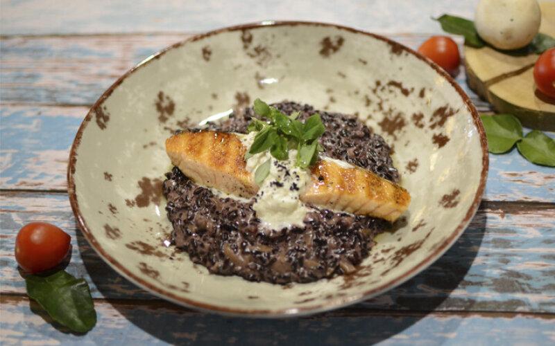 Ризотто из черного риса с лососем на гриле и сыром Страчателла