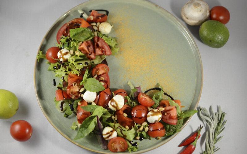 Моцарелла с печеным перцем и томатами