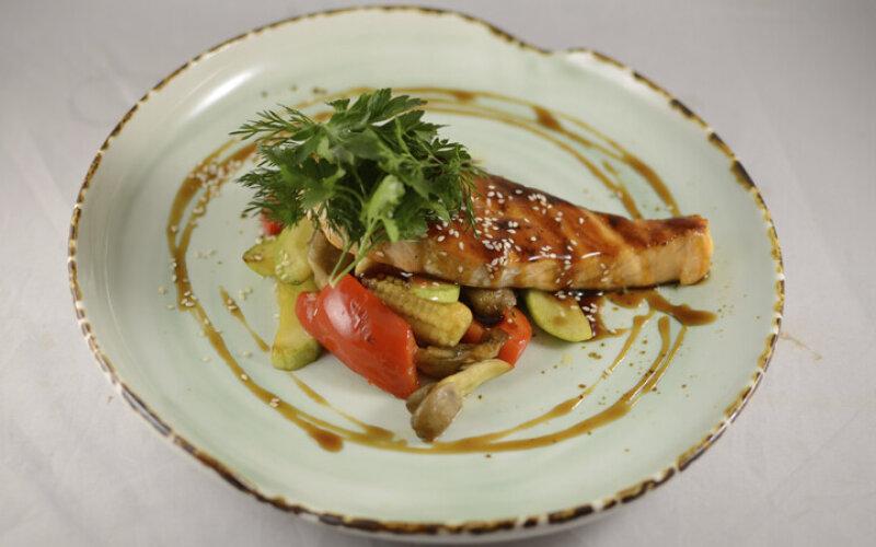 Филе лосося с овощами и соусом Терияки