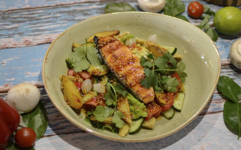 С жареным филе лосося под пикантным соусом