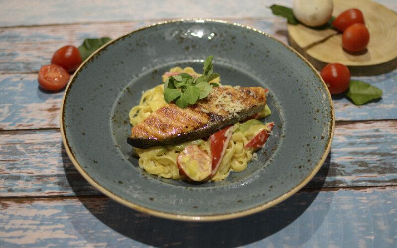 Паста с лососем-гриль и овощами