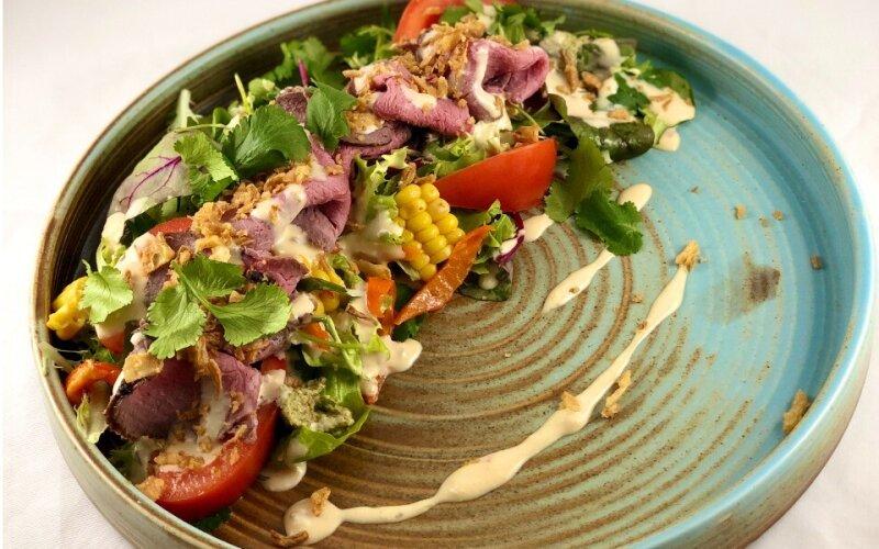 Салат с ростбифом, хрустящим луком и пряными травами