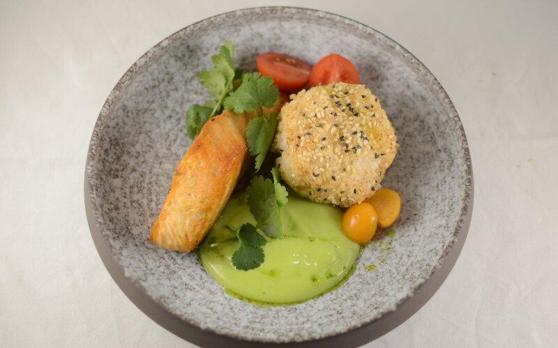 Филе лосося с японским рисом и соусом на кокосовом молоке