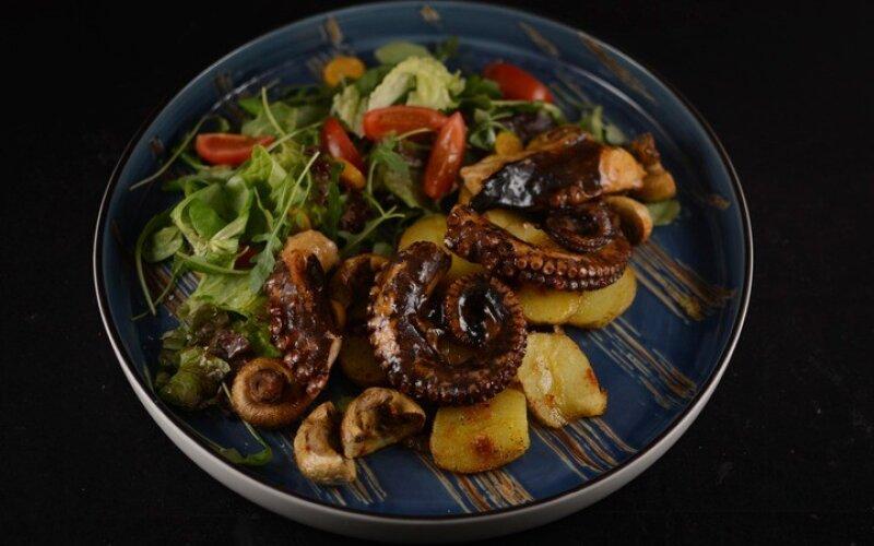 Теплый осьминог с молодым картофелем и вьетнамским соусом