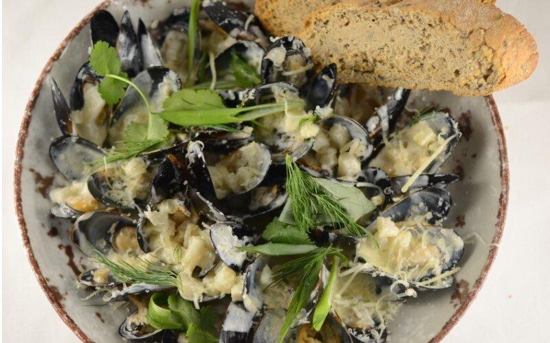 Мидии Бушо с грушей и сыром Пармезан