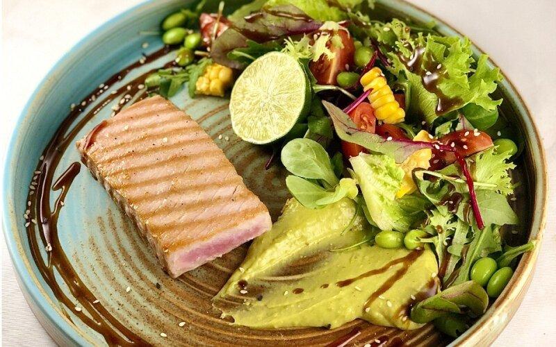 Стейк тунца со свежим салатом и соусом
