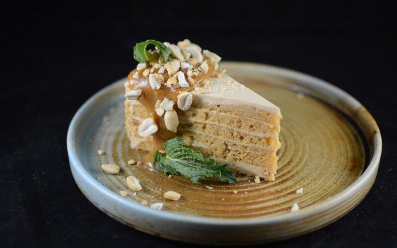 Карамельный торт с орешками
