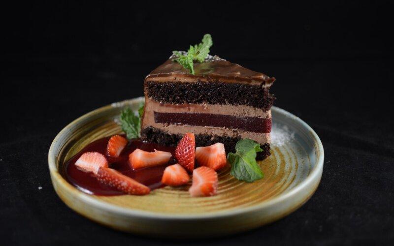 Шоколадный торт с конфитюром из черной смородиной