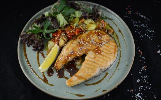 Стейк лосося с овощами