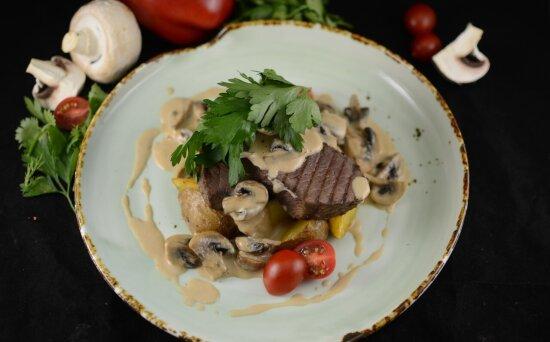 Телятина с картофелем, грибами и соусом Демиглас