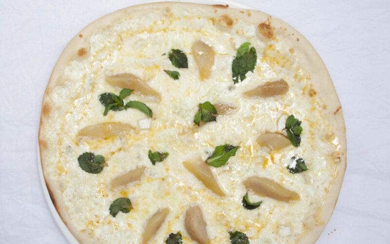 Пицца с грушей и сыром Дор Блю