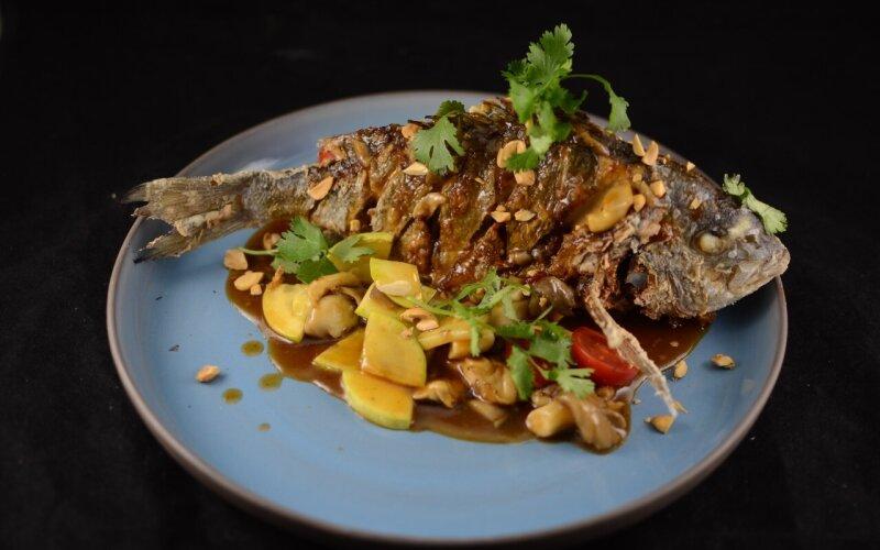 Хрустящая дорадо с тайским соусом, грибами и арахисом