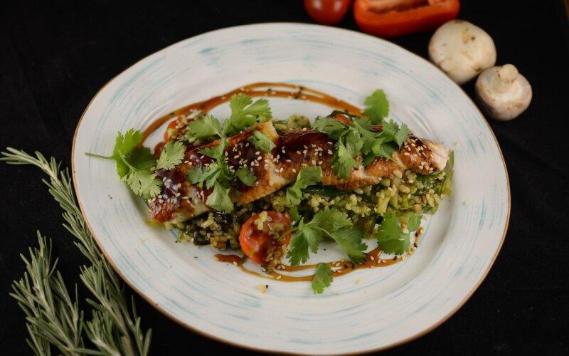 Салат с угрем, булгуром и соусом Терияки