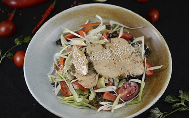 Салат с куриной грудкой и сливочно-ореховым соусом