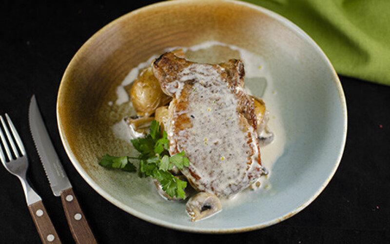 Свинина на косточке с молодым картофелем и грибным соусом