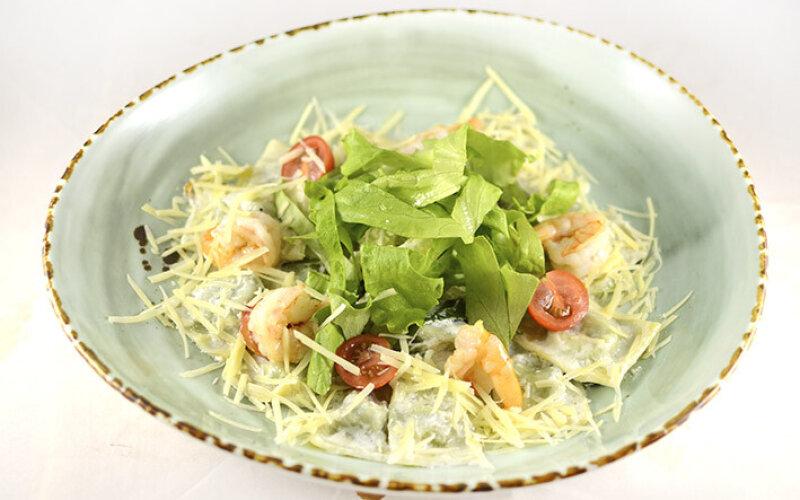 Равиоли со шпинатом и брынзой в сливочном соусе с креветками