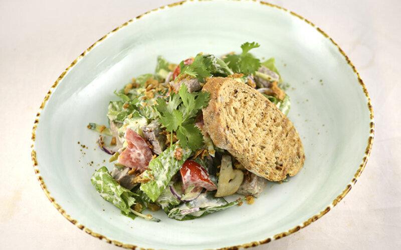 Салат с языком теленка, жаренными грибами и пикантным соусом