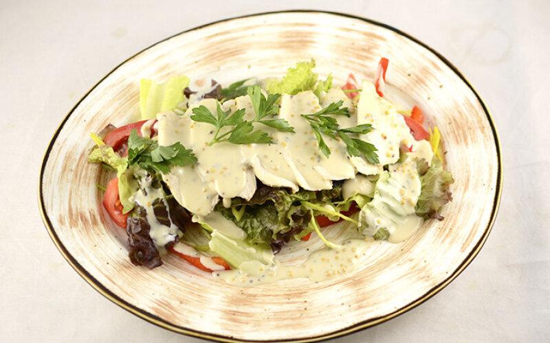 Салат с куриной грудкой и соусом Дор Блю