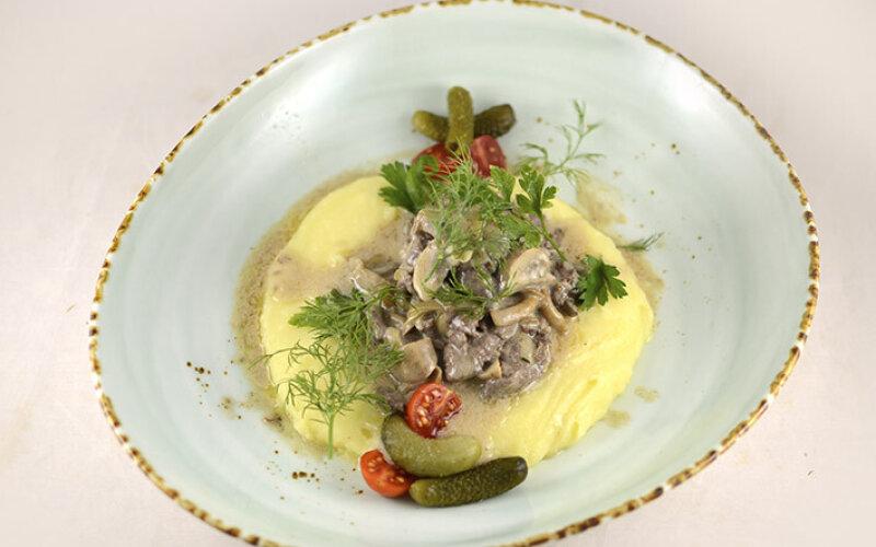 Ломтики телятины с грибами и сливочным пюре